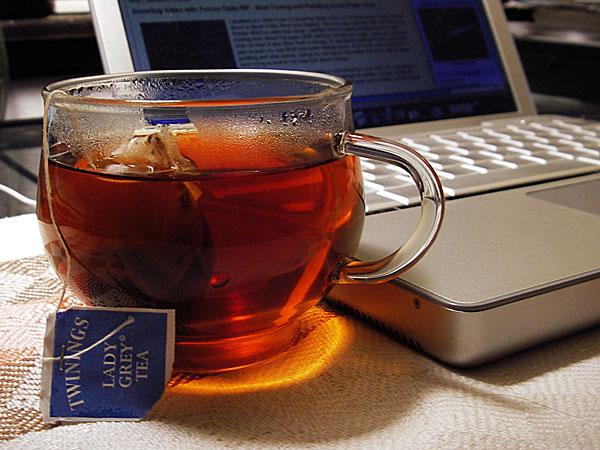 فوائد الشاي اﻷسود كثيرة ولكن له بعض اﻷضرار أيضاً