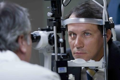 أستخدام المحمول في الظلام يؤثر علي صحة وسلامة العين