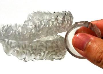 الفرشاه تشبه واقي اﻷسنان ولكنها مزودة بشعر يشبه شعر فرشاة الأسنان التقليدية