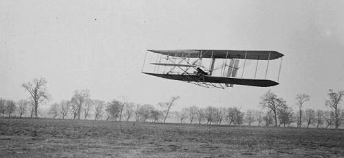طائرة اﻷخوين رايت أول طائرة ذات محرك تنجح في الطيران وكانت مصنوعة من هيكل خشبي خفيف
